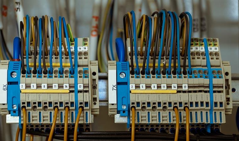 Industrieinstallation: Datennetze, Kommunikations- und Überwachungsanlagen